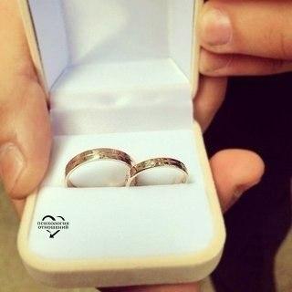 Обручальное кольцо надевают на безымянный палец правой руки, потому что это единственный палец, в котором есть вена, ведущая прямо в сердце.