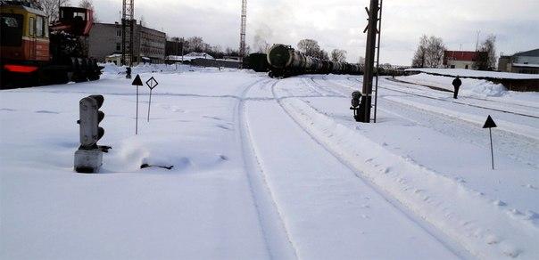 А вот железная дорога у них в запустении. Серьезно, рядом пути чищенные, а этот нет. Притом снегопад был два дня назад