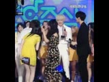 This was so cute Yoon went for a hug but Eunji shook his hand instead, its like she was telling him we cant do that here ppl are