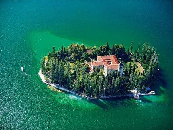 La isleta con el monasterio en Croacia