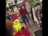 Человек-паук танцует под