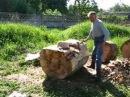 Вырезаю из дерева скульптуру сидячего ангела