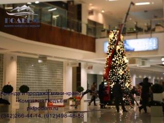 Демонтаж новогодней ёлки в торговом центре