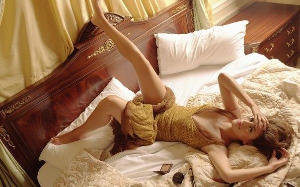 красивые фото девушек на кровати