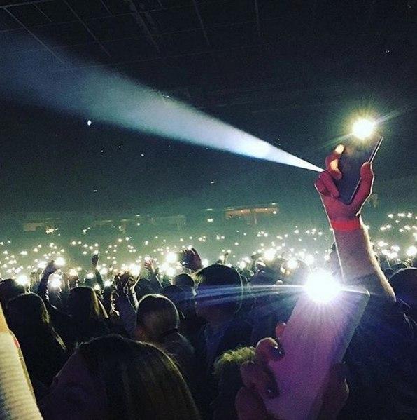 Срочная новость! В Риге первого марта очень ярко светились фонарики на телефонах, а их владельцы при этом улыбались и пели на английском языке.