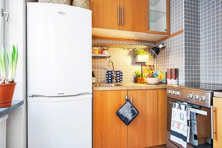 Интерьер квартиры 26 м с зонированием комнаты ширмой и разным цветом стен.